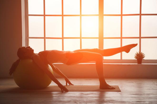 Mujer haciendo hot yoga
