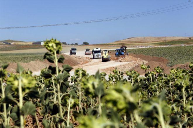 Máquinas trabajando en el acceso al futuro ATC en Villar de Cañas.