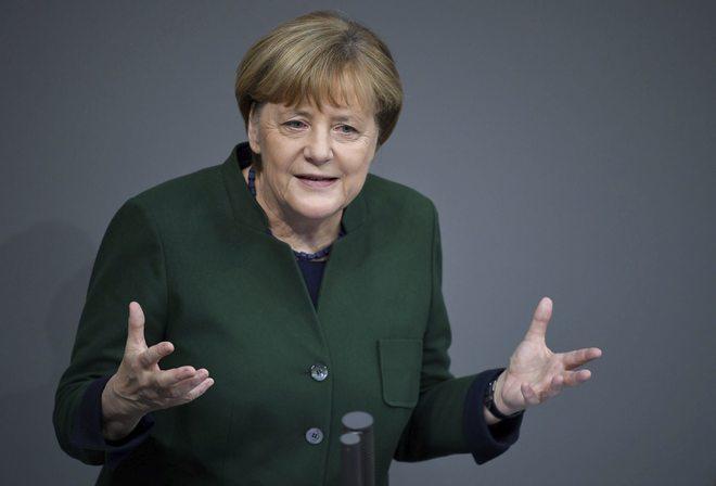 Angela Merkel se dirige al Bundestag este miércoles durante el debate presupuestario.