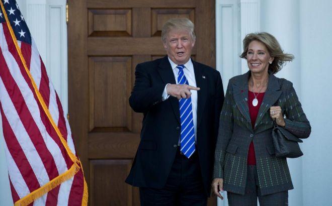 Donald Trump posa junto a Betsy DeVos durante su reunión en Nueva Jersey.