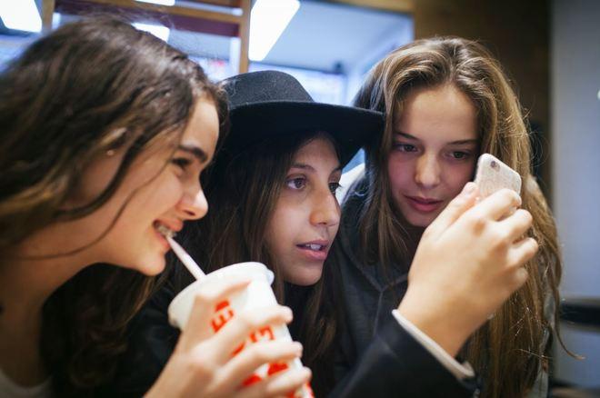 pegados al móvil: así es la vida de tu hijo adolescente | papel | el