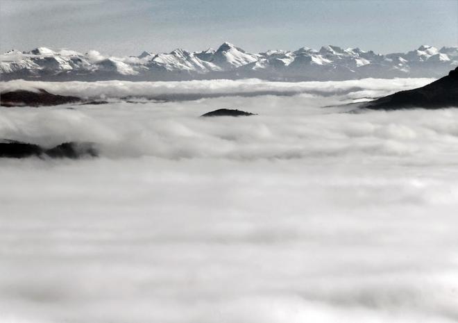 Las cumbres nevadas de los Pirineos, vistas desde el alto de El...