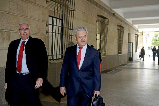 El ex consejero Francisco Vallejo, llegando al juzgado con su abogado.