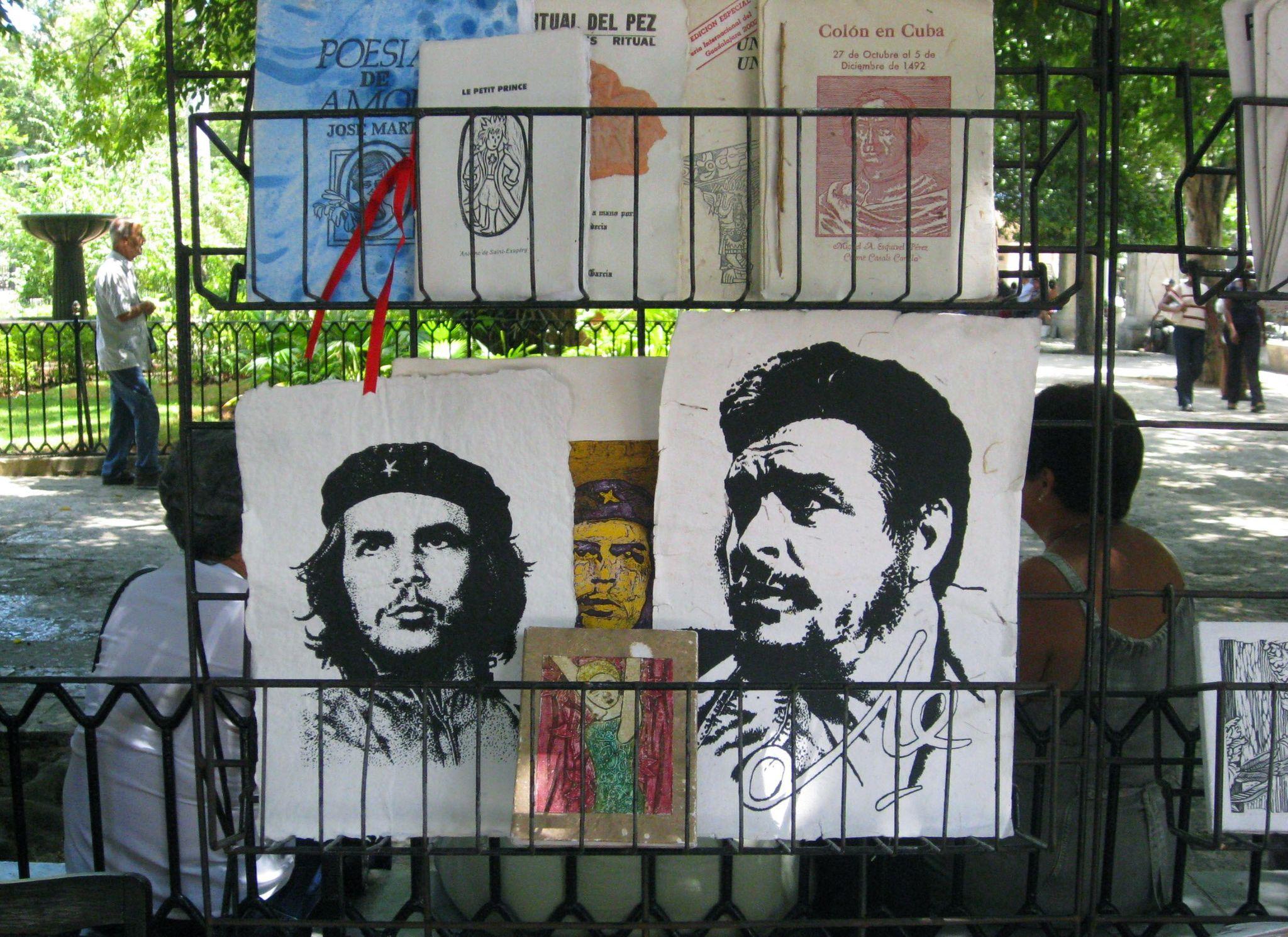 Retratos del 'Che' Guevara (izq.) y Fidel Castro en una plaza de La Habana.