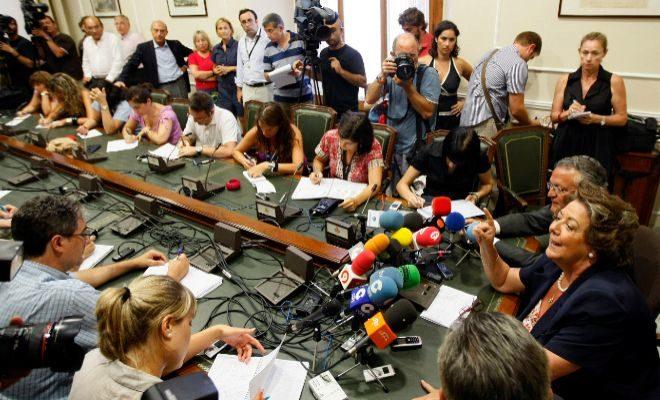 Rita Barberá atiende a los periodistas durante una rueda de prensa en la sala de reuniones de Alcaldía del Ayuntamiento de Valencia.