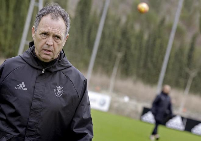 El entrenador de Osasuna, Joaquín Caparrós, tras dirigir un entrenamiento.