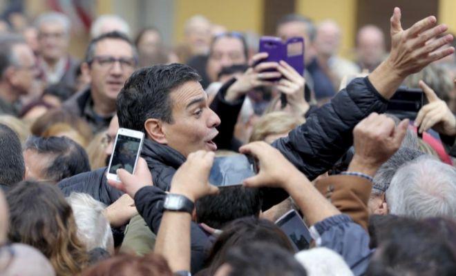 El ex secretario general del PSOE, Pedro Sánchez, saluda a militantes en el acto celebrado ayer en la localidad valenciana de Xirivella.