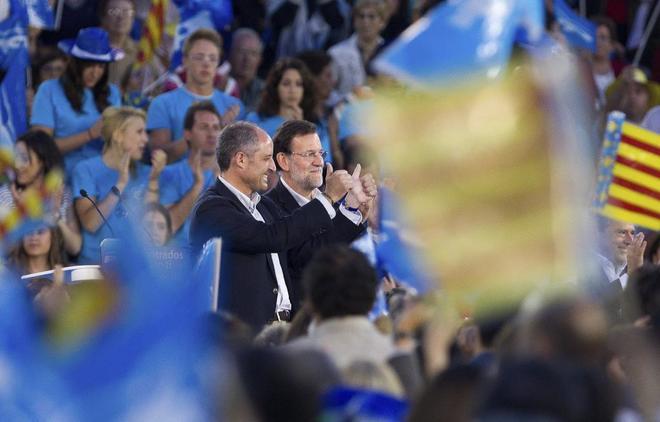 Mariano Rajoy y Francisco Camps saludan a los asistentes al mitin del PP en la plaza de toros de Valencia en la campaña de 2011.