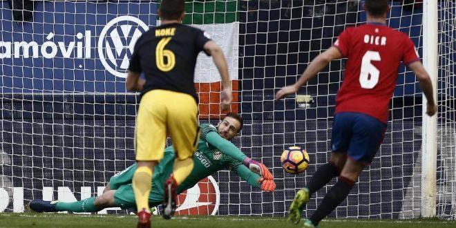 Oblak detiene el penalti lanzado por Roberto Torres.