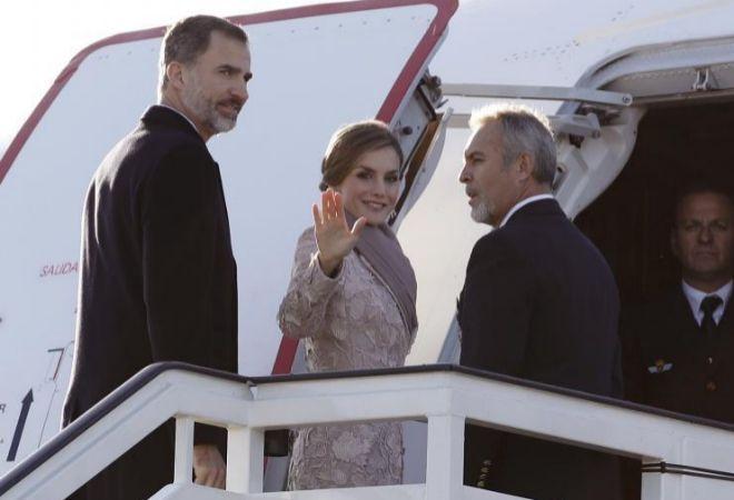 Los Reyes Don Felipe y Doña Letizia, suben al avión de la Fuerza Aérea que les traslada hoy a Oporto.