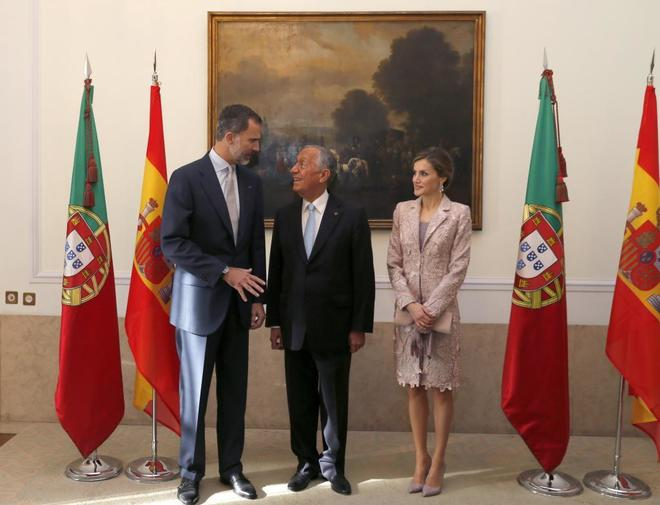 Los Reyes de España, Felipe VI y Letizia, conversan con el presidente...