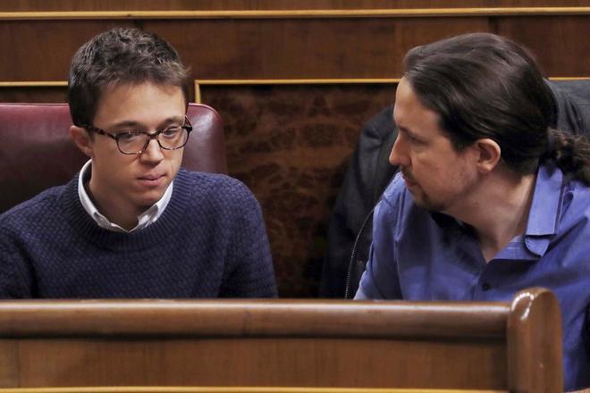 Íñigo Errejón y Pablo Iglesias, en la sesión de control del pasado...
