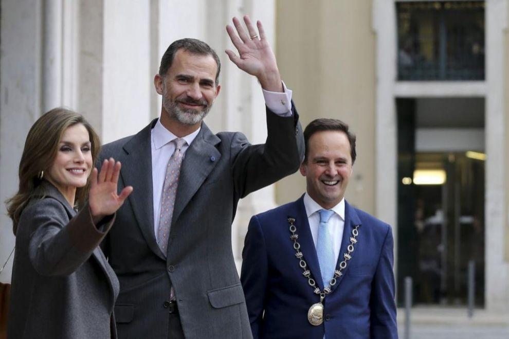 Los Reyes saludan frente al Ayuntamiento de Lisboa y junto a su...