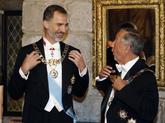 Felipe VI y Marcelo de Sousa bromean vestidos con los trajes oficiales...