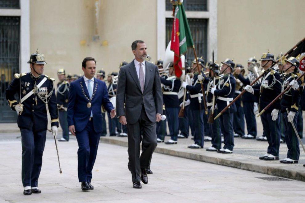 El rey de España, Felipe VI y el alcalde de Lisboa, Fernando Medina...