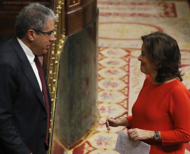 Francesc Homs y Soraya Sáenz de Santamaría conversan en el Congreso...