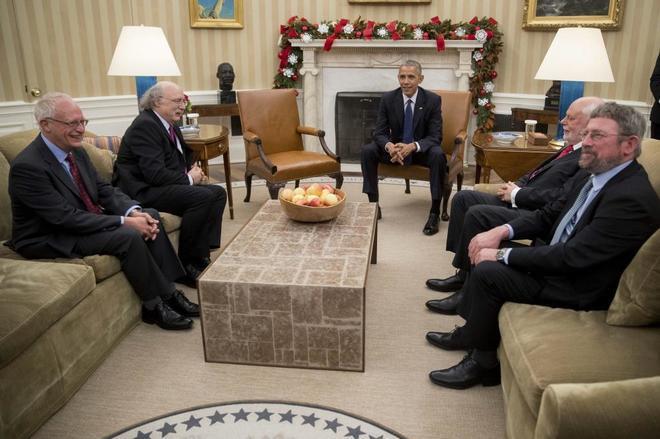 Barack Obama junto a lo premio Nobel Oliver Hart (i), en Economía; F. Duncan Haldane (2-i), en Física; J. Fraser Stoddart (2-d), y F. Duncan Haldane, en Física,
