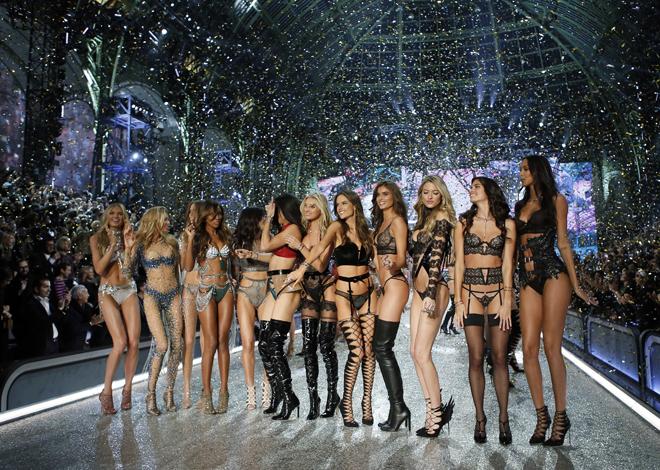 Los ángeles de Victoria's Secret llenaron de luz y de color el...