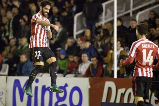Raúl García festeja con Aduriz el segundo gol del Athletic en El Sardinero.