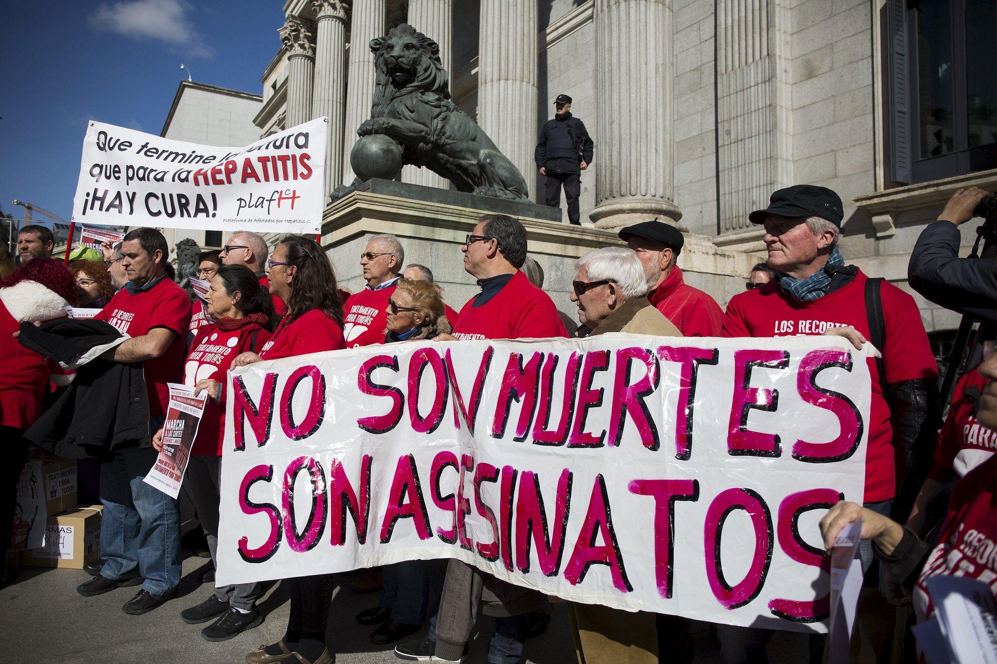 Protesta de la plataforma en defensa de los enfermos de hepatitis C en el Congreso