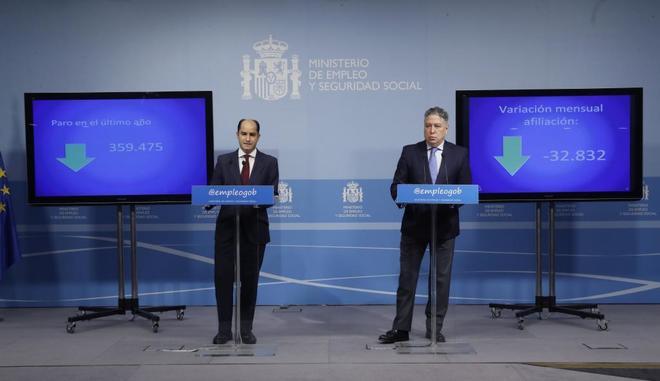 A la izquierda, el secretario de Estado de Empleo, Juan Pablo Riesgo; a la derecha, el secretario de Seguridad Social, Tomás Burgos, durante la rueda de prensa de hoy.