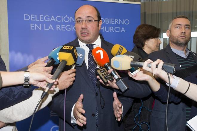 Pedro Antonio Sánchez atiende a los medicos tras la decisión...