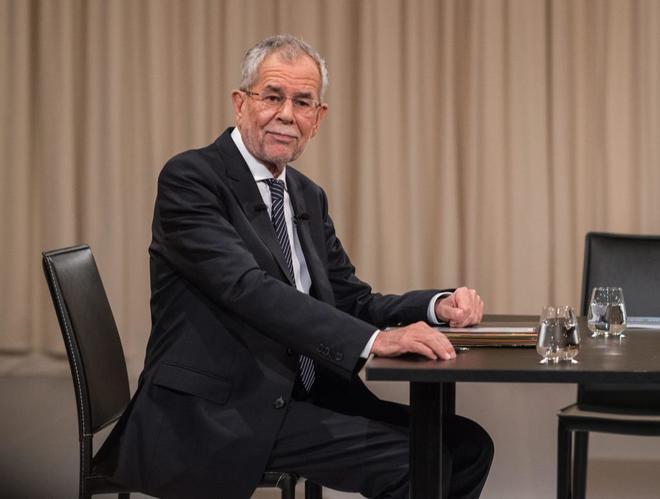Alexander van der Bellen, aspirante a la presidencia de Austria, en un debate televisivo en Austria