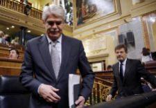 Alfonso Dastis, ministro de Exterriores, se dirige a su escaño en el...