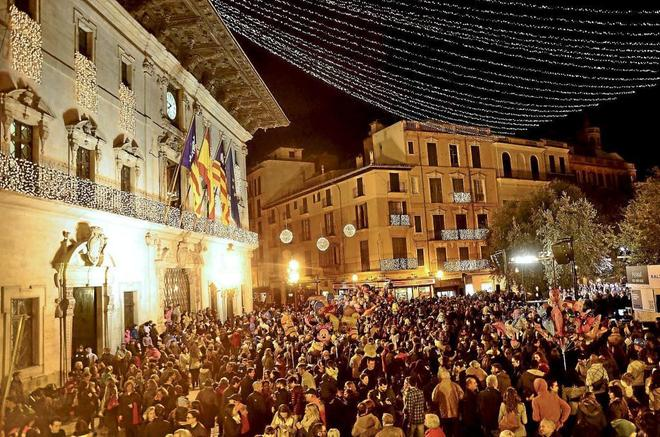 66e2e15b656 La plaza de Cort iluminadas con las luces de Navidad. ALBERTO VERA