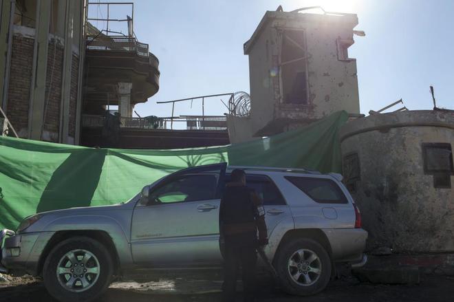 La puerta de seguridad de la embajada de España en Kabul, destrozada...