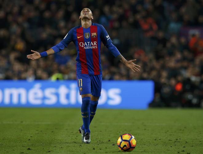 Neymar muestra su desesperación durante el clásico del pasado sábado frente al Real Madrid en el Camp Nou.