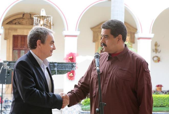El ex presidente Zapatero, mediador en el proceso de diálogo, junto a Nicolás Maduro en Caracas.