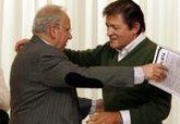 Alfonso Guerra se abraza con el presidente de la Gestora del PSOE,...