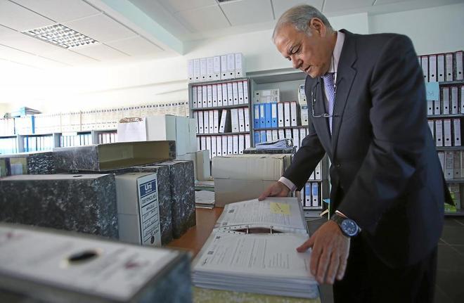 Ángel Ojeda, junto a los expedientes de las subvenciones recibidas de la Junta.