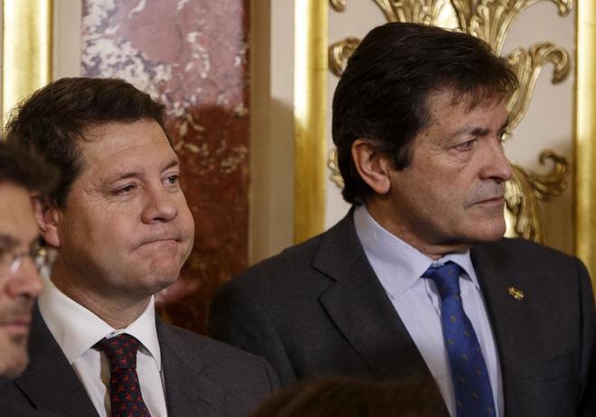 Emiliano García-Page y el presidente de la Gestora del PSOE, Javier...
