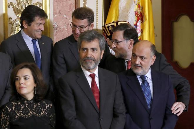 Mariano Rajoy saluda a los presidentes autonómicos durante la...