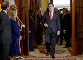 Rajoy, a su llegada ayer a la recepción del Congreso, recibido por...