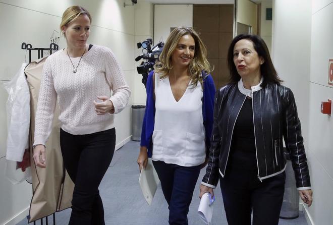 Las diputadas socialistas Margarita Robles, Susana Sumelzo y Zaida Cantero, tres de los ocho diputados del PSOE que rompieron la disciplina de voto en la investidura de Rajoy.