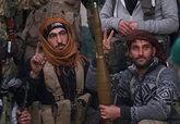 Combatientes rebeldes de la Defensa Civil Siria descansan, este jueves...