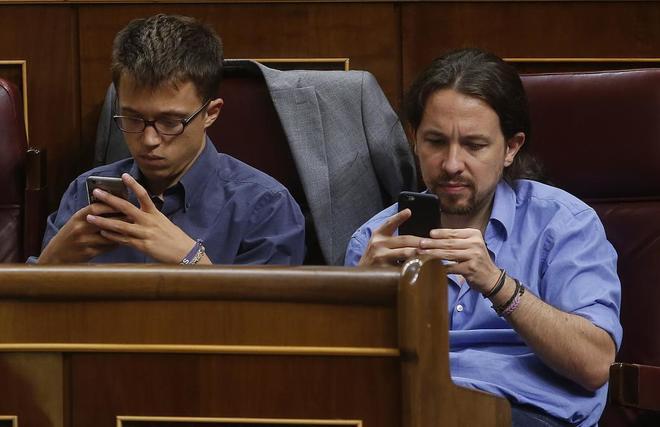Íñigo Errejón y Pablo Iglesias, en el Congreso de los Diputados durante la investidura de Mariano Rajoy.