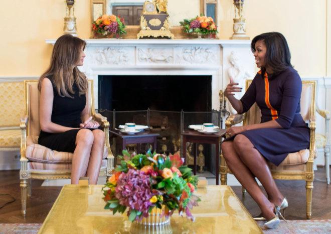 Melania Trump (i) y Michelle Obama (d).