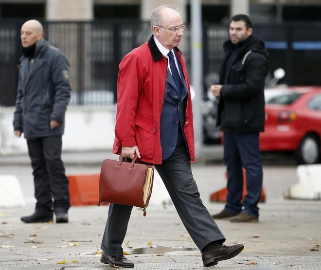 Rodrigo Rato se dirige a la Audiencia Nacional durante el juicio por...