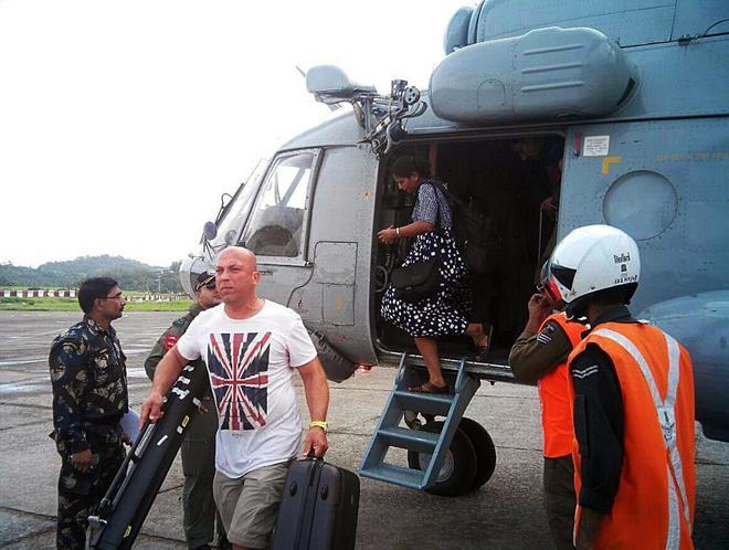Varios turistas bajan de un helicóptero durante una operación de evacuaciónen el archipiélago de Andaman.
