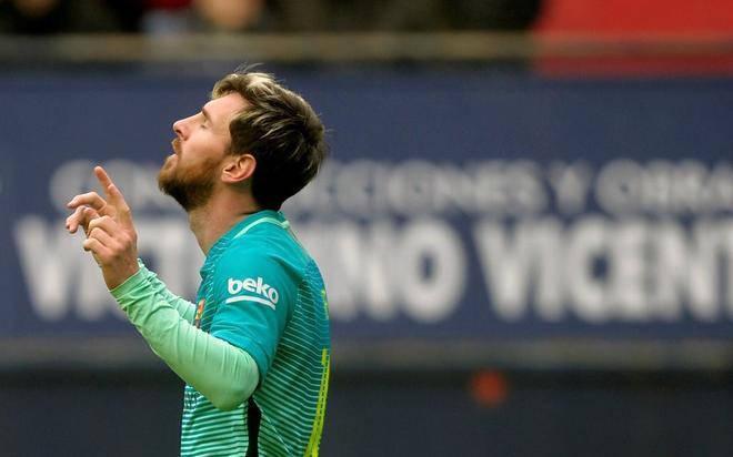Leo Messi celebra uno de sus dos goles ante Osasuna.