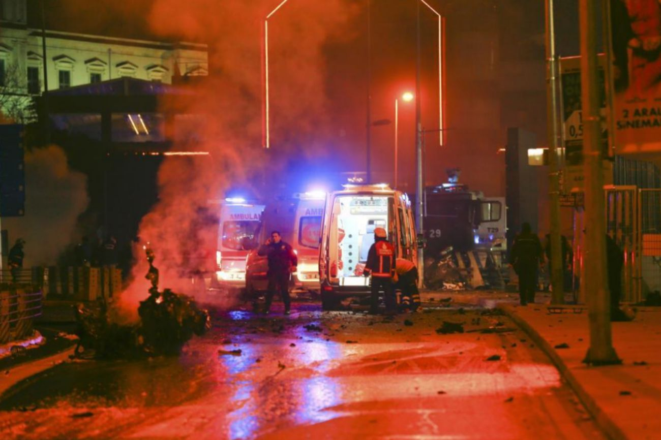 Policías y ambulancias trabajan en el lugar de los hechos, en las...