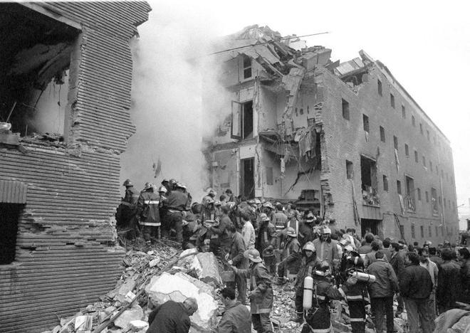 Bomberos y voluntarios trabajan entre los escombros tras el atentado...