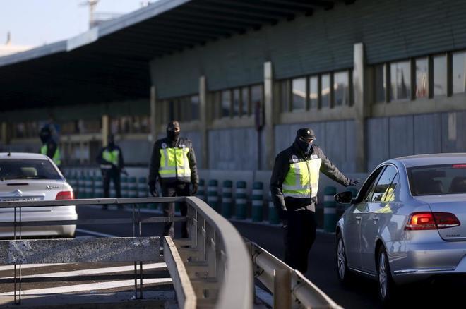 Agentes de la Policía Nacional, en un control de seguridad en el...