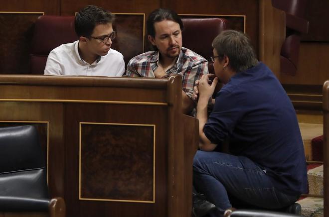 El portavoz de En Comú Podem en el Congreso, Xavi Doménech, conversa con el líder de Podemos, Pablo Iglesias, y el portavoz del partido, Íñigo Errejón.