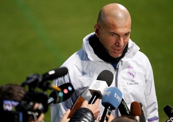 Zidane habla con la prensa en Yokohama, antes del Mundial de Clubes.