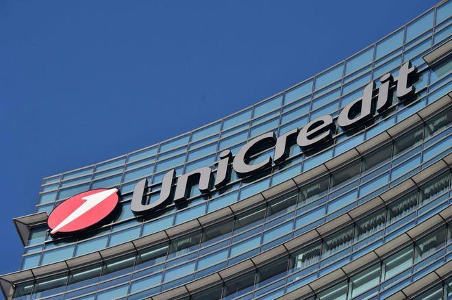 Logo de Unicredit en su edificio de Milán.